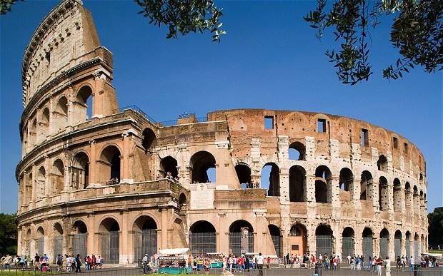 Đấu trường Colosseum được thắp sáng đèn đỏ kỷ niệm các Kitô hữu bị bách hại