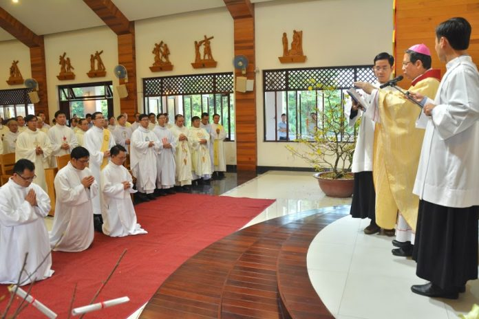 Thánh lễ truyền chức linh mục & phó tế – Dòng Tên Việt Nam