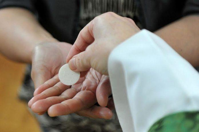 Rước lễ trên tay là một phần trong 'cuộc tấn công của Satan' vào bí tích Thánh Thể