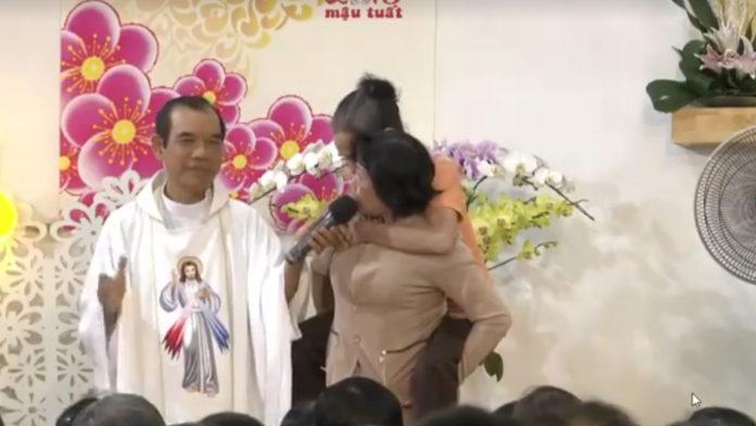 1 Cô Đạo Phật Cõng 1 Cô Đạo Cao Đài Đến Với Lòng Chúa Thương Xót
