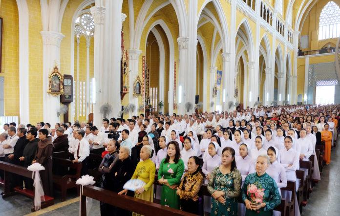 Những điều bạn không nên làm khi vào Thánh lễ (mà bạn có thể làm ở bất cứ đâu khác)