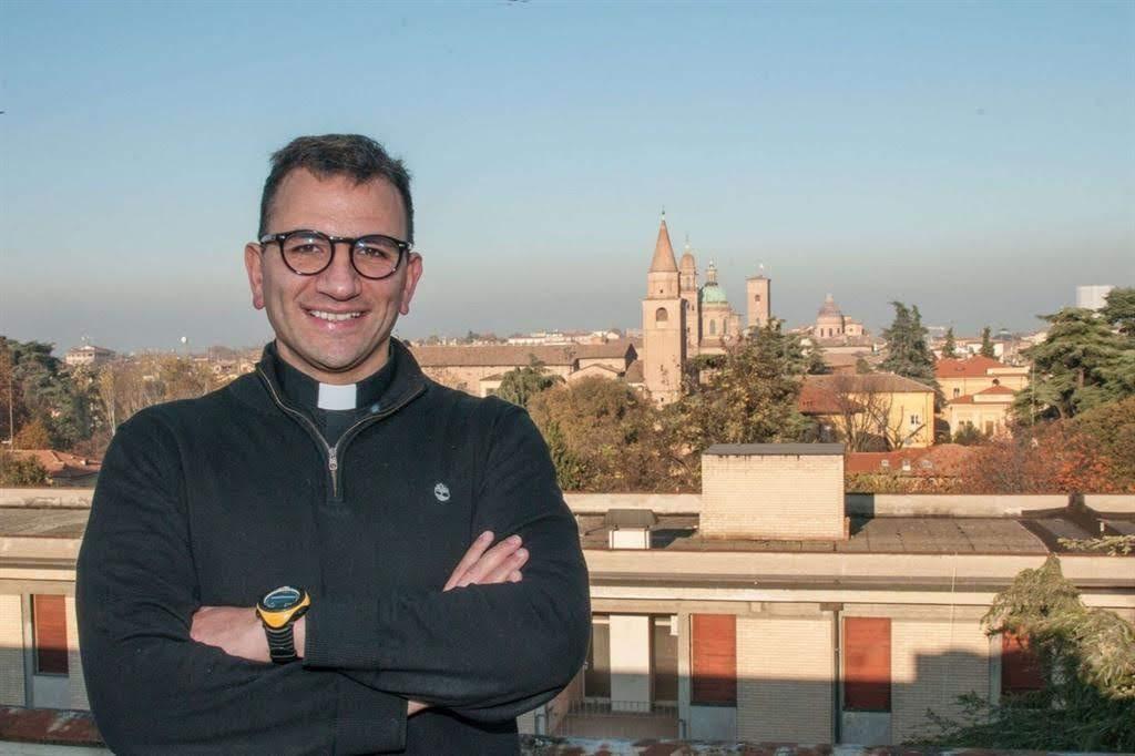 Từ chiếc áo bác sĩ đến chiếc áo lễ: bác sĩ Alberto Debbi trở thành linh mục
