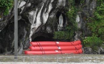 Đền thờ Lộ Đức phải di tản vì lũ lụt