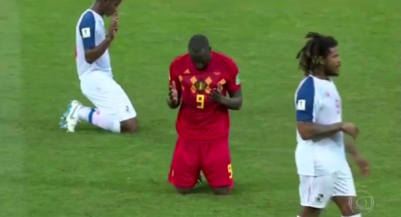 Đội bóng quỳ gối làm dấu thánh giá tạ ơn Chúa khi trận đấu kết thúc