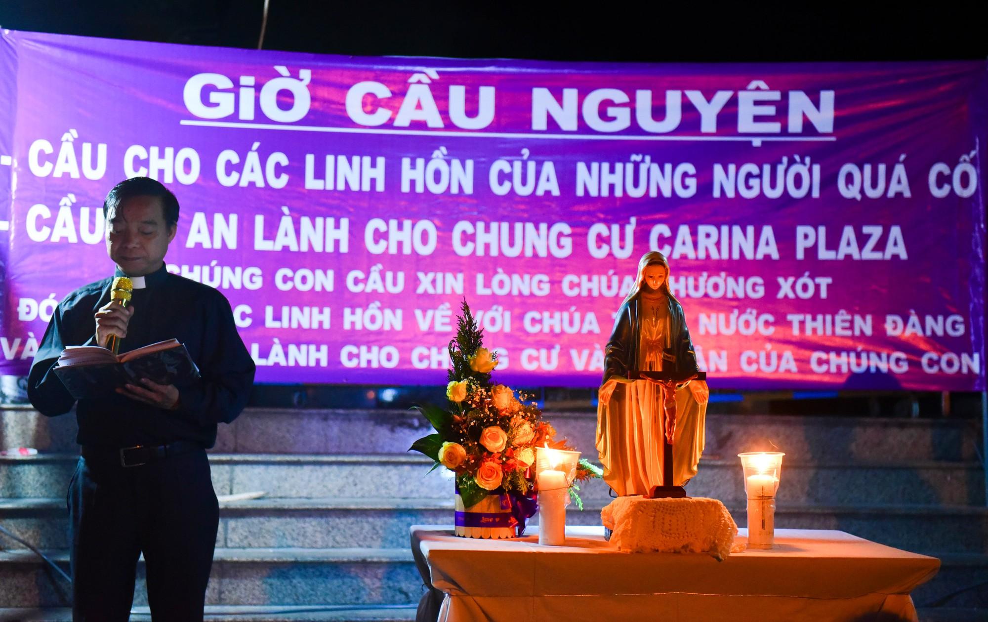 cầu nguyện cho các nạn nhân trong vụ cháy chung cư Carina