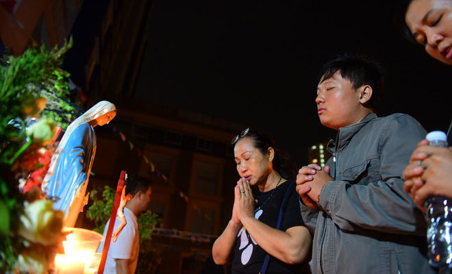 Hàng trăm người cầm hoa hồng cầu nguyện cho các nạn nhân trong vụ cháy chung cư Carina