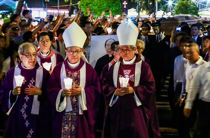 Hàng nghìn giáo dân di quan cố Tổng giám mục Phaolô hơn một km