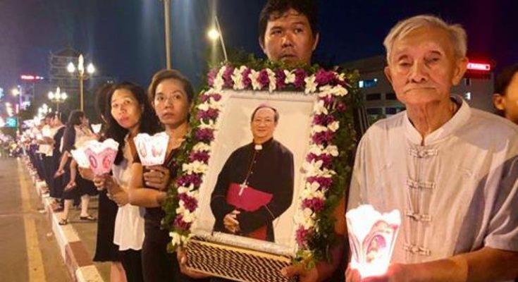 Giáo dân xếp hàng viếng linh cữu Tổng giám mục Phaolô trong đêm