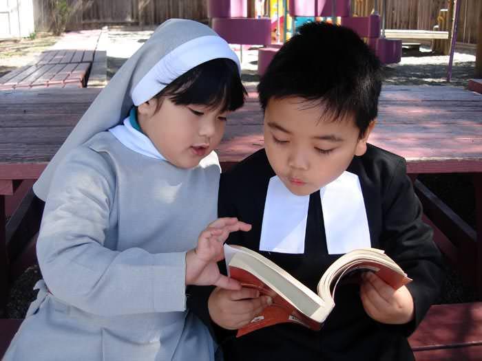 Linh mục nhí làm lễ cực đáng yêu