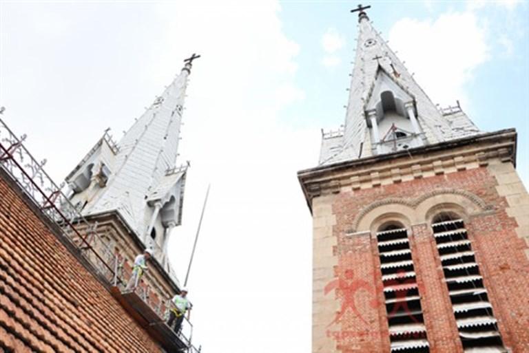 Nhà thờ Đức Bà Sài Gòn bắt đầu thay ngói
