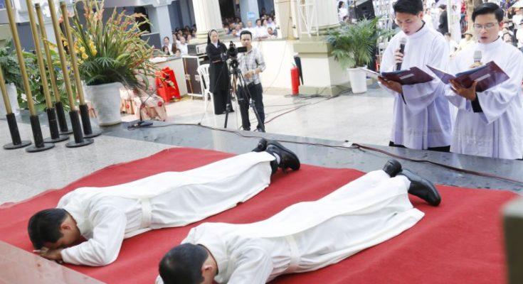 Hai du học sinh Việt Nam chuẩn bị lãnh chức thánh
