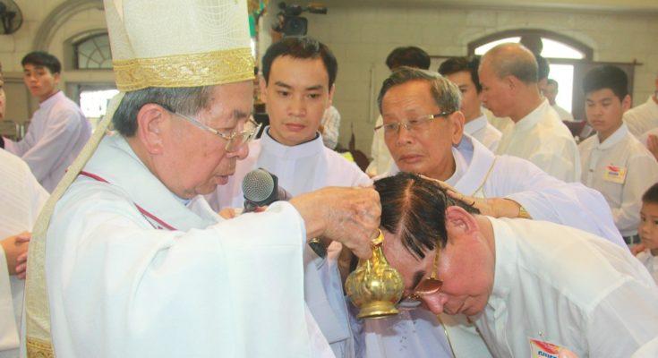 13 người trong gia đình cùng chịu phép Rửa Tội