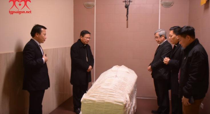Thi hài Đức TGM Phaolô Bùi Văn Đọc rời bệnh viện Camillo